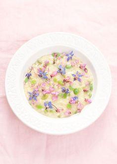 Risotto con fave, primosale di capra, birra bianca e fiori. Non ho idea di dove trovare i fiori commestibili ma questo piatto è assolutamente da fare! Se non altro per ammirarlo. Non è bellissimo?