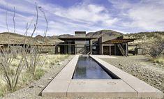 Une #piscine dans le désert... Un long couloir de nage au revêtement foncé avec des margelles de pierre de la même teinte que les collines environnantes. Surprenant ! @Rue de Vivre ma Piscine