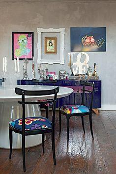 O bufê laqueado agrega feminilidade e romantismo à sala de jantar projetada por Andrea Murao