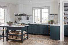 Inspiration: 6 favoritkök i shakerstil Glossy Kitchen, Kitchen Tiles, Kitchen Flooring, Kitchen Dining, Home Decor Accessories, Cheap Home Decor, Home Decor Inspiration, Home Kitchens, Black Kitchens