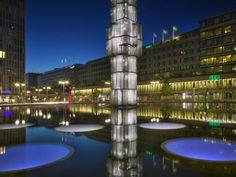"""Die hohe Glassäule auf dem Sergels Torg heißt eigentlich """"Kristall-vertikal accent"""", wird aber von den Stockholmern """"Pinnen"""" genannt, was """"der Stock"""" bedeutet."""