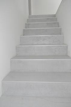 Dekorativní cementová stěrka MicroBond aplikovaná na schodiště. http://www.izolace-ecobeton.cz/cementove-sterky/