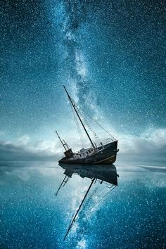 Astrophotography reveals the wonders outer space. Learn the best lens for astrophotography and the best camera for astrophotography. Starry Night Sky, Night Skies, Pretty Pictures, Cool Photos, Landscape Photography, Nature Photography, Night Photography, Photography Photos, Amazing Photography