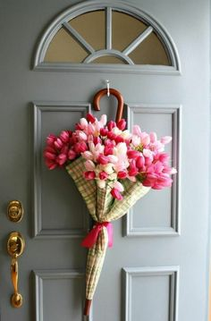 graue tür, türdeko, regenschirm, rosa tulpen, frühlingsdeko