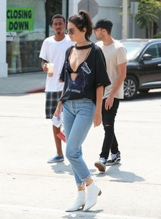 Kendall Jenner Photos Photos - Reality star Kendall Jenner and a group of friends stop for some organic juice in Beverly Hills, California on August 25, 2016. - Kendall Jenner Stops for Juice With Friends in Beverly Hills