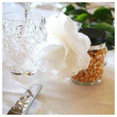 Diy wedding favors! Lovely popcorn jars with chalkboard paint and fabric flowers. Häiden vieraslahjaksi popkorni pilttipurkki, jonka kansi on koristeltu liitutaulumaalilla ja kangaskukilla.