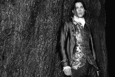 "Brad Pitt as vampire Louis in ""The Interview with the Vampire: The Vampire Chronicles"". (1994) Brad Pitt, Lestat And Louis, Vampire Photo, Vampire Art, Sandy Powell, The Vampire Chronicles, Interview With The Vampire, Christian Slater, Vampires And Werewolves"