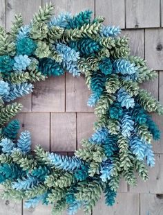 DIY door wreath made from pine cones. Beautiful decoration ideas with pine cones. – DIY craft ideas DIY door wreath made from pine cones. Beautiful decoration ideas with pine cones.Multi-color pine cone wreath, blue holiday wreath, mHow to Make a W Pine Cone Art, Pine Cone Crafts, Wreath Crafts, Diy Wreath, Wreath Ideas, Tulle Wreath, Burlap Wreaths, Mesh Wreaths, Pine Cone Wreath
