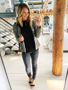 How to dress down a blazer // fall casual outfit // Chic Fall outfit // Fall Fashion Look // How to style gray jeans for Fall // The perfect Fall blazer // Fall Fashion