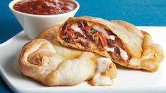 These calzone sandwiches are made with refrigerated crescent dinner rolls packed with ground meat, cheese, bell pepper and pizza sauce, served warm right from the oven. Homemade Pepperoni Calzone Recipe, Easy Weeknight Meals, Easy Meals, Japanese Idol, Italian Pizza Dough Recipe, Italian Calzone, Pillsbury Recipes, Stromboli Recipe, Gastronomia