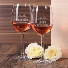 2 Weingläser it's wine o'clock mit Gravur Ihrer Wunschnamen gefunden bei http://www.geschenke-online.de/2-gravierte-weinglaeser-it-s-wine-o-clock-mit-wunschnamen