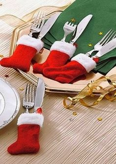 Inexpensive Christmas table settings - need to remember for next time. Noel Christmas, Winter Christmas, All Things Christmas, Christmas Stockings, Mini Stockings, Christmas Place, Holiday Crafts, Holiday Fun, Deco Table Noel