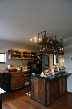 キッチンの化粧板とその上部の吊シェルフ。背面のキッチンボードとスライドドアの吊戸棚です。・・・