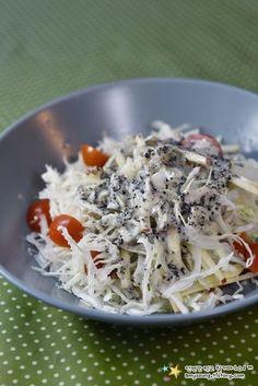 밥상을 차리다보면 대부분 익힌 요리들이라 생채소요리를 곁들이고 싶을때가 있어요. 한식에서 생채소 요리는 김치나 무침정도인데요. 그런데 한정식집에 가면 단순하지만 깔끔한 맛의 샐러드가 곁들여 나오는데.. K Food, Food Menu, Good Food, Yummy Food, Korean Side Dishes, Asian Recipes, Healthy Recipes, Food Platters, Cafe Food