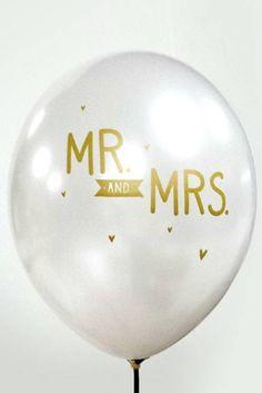 Deze witte metallic ballonnen met de gouden tekst 'Mr. and Mrs.' maken de aankleding van je bruiloft helemaal af! Je kunt de latex ballonnen met de mond opb