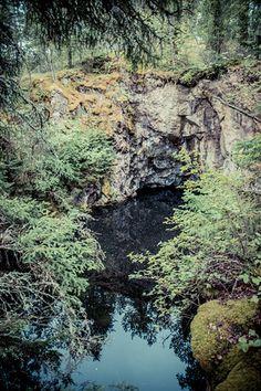 NIKSAAREN VANHA KALKKILOUHOS Lehtipuumetsän sisälle menevän pikkutien vasemmalla puolella oli verkkoaidoin suojattu tumman veden täyttämä suuri avolouhos jonka ylhäältä avautui upeat näkymät tähän vanhaan kaivokseen! http://www.naejakoe.fi/nahtavyydet/niksaaren-vanha-kalkkilouhos/