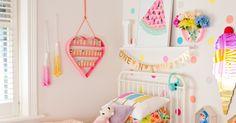 Para além das festas de aniversário, adoro perder-me com as decorações dos quartos de crianças.  Estou apaixonada por este quarto e como n...