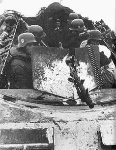 A View little above from the Sdkfz 250 showing the crew compartment with some waffen SS men there. Ww2 Pictures, Ww2 Photos, Military Pictures, German Soldiers Ww2, German Army, Luftwaffe, Eastern Front Ww2, Mg34, Germany Ww2