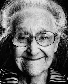 """""""Le persone affette da demenza vagano nel tempo come nomadi sospesi tra il passato e il futuro, senza né un inizio né una fine"""". In questa condizione umana, gli occhi e le espressioni sono forse l'unica strada per catturare l'identità. È quello che ha fatto il f"""