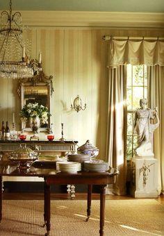 В эпоху короля Георга появляются шелковые занавески, у которых оказалось множество преимуществ - они приятно рассеивали свет и красиво обрамляли окно, напоминая модные платья той эпохи. В это же время появился и, так называемый, легкий или мягкий ламбрекен. Он не абсолютно не напоминает ту жесткую конструкцию, которая ассоциируется у нас с ламбрекеном, и очень изящно смотрится в любом интерьере.