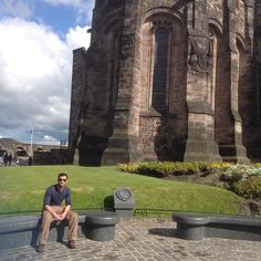 #castlehill #edinburghcastle #edinburgh #city #scotland #uk #royallife #royalhistory #scotishhistory #chillwall #igersgreenville #picoftheday #photooftheday #travelling #touristattraction #summertime #summer2015memories #havingfun #wardrobe #riverisland #6pocketpants #trouser #h&M #tshirt #rayban #glasses #historicalplace by hkb_butt