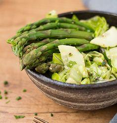 Sałatka z zielonymi szparagami, ogórkiem i sałatą rzymską. Asparagus, Green Beans, Poland, Vegetables, Food, Studs, Essen, Vegetable Recipes, Meals