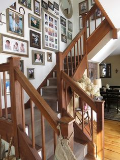 Photo gallery in stairway using mismatched picture frames New Homes, Gallery Wall, Foyer Decorating, Staircase Design, Home, Photo Wall Gallery, Diy Stair Railing, Stair Decor, Foyer Decor