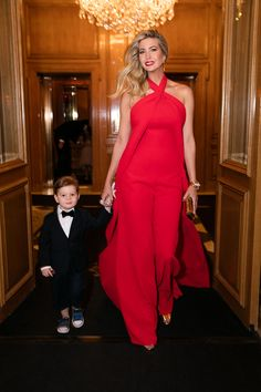 ~ Shown with her son Joseph (a little cutie), Ivanka Trump decked out in a gorgeous red gown on her way to the Met Gala. Ivanka Marie Trump, Ivanka Trump Style, Red Dress Run, Ivanka Trump Collection, Trump Kids, Trump Children, Ivana Trump, Nice Dresses, Celebrity Style