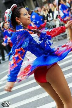 Lovely Caporales dancer spins around and shows off her juicy ass in red satin panties! South American Girls, American Girl Dress, Carnival Dancers, Carnival Girl, Windy Skirts, Cheerleading Uniforms, Girls Dress Up, Traditional Outfits, Dance Wear
