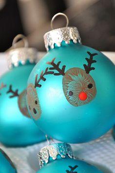 Kann man auch gut auf Papier machen. Cute DIY Christmas Ornaments for kits - Thumb print reindeer