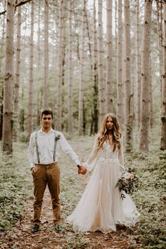 15 Must Have Wedding Photos with Your Groom for 2019 - Oh Best Day Ever , Ahh, cozy up for this Fall woodland wedding editorial that's heavy on the pretty today. The Fall-fest isn't an all out, in your face autumnal festival. Outdoor Wedding Dress, Boho Wedding Dress, Woodland Wedding Dress, Fall Wedding Dresses, Casual Wedding, Wedding Attire, Wedding Flowers, Forest Wedding, Dream Wedding