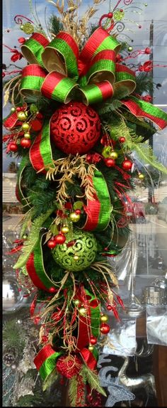 Holiday Crafts: Easy and Fun, DIY Gifts and Dcor Ideas for Christmas (Holidays & DIY Gifts) - My Cute Christmas Christmas Swags, Noel Christmas, Green Christmas, Holiday Wreaths, Christmas Projects, Winter Christmas, Holiday Crafts, Christmas Ornaments, Burlap Christmas