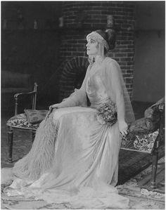 """""""Visages de l'Amour"""" de Carmine Gallone (Italie), 1923. Saova Gallone vêtue d'une longue robe et d'une coiffe avec des perles."""