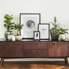 12 Decorating Ideas with Rustic Frames for Your Farmhouse Home - The Trending House Home Living Room, Apartment Living, Living Room Decor, Bedroom Decor, Credenza Decor, Rustic Frames, House Plants Decor, Decoration Inspiration, Piece A Vivre