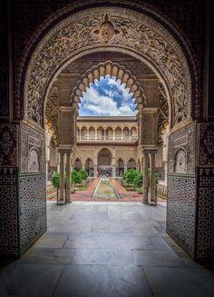 The gorgeous Alcazar de Sevilla. A MUST see! Places To Travel, Places To Visit, Backpacking Spain, Alcazar Seville, Spain Culture, Château Fort, Spain Holidays, Seville Spain, Beautiful Buildings