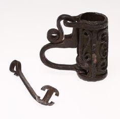BULTLÅS, smide, dekor av smidda slingor, 1600/1700-tal.