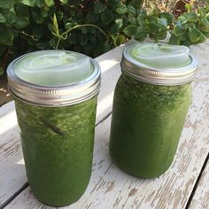 """Green juice to go! @dennisfromsalad made this beautiful creation. Spinach, kale, grapefruit, cucumber, lemon, orange, apple, ginger. Pretty much…"""