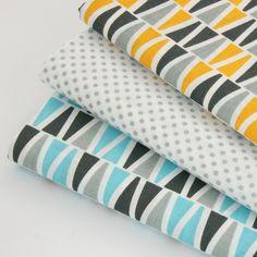 tissu imprimé 100% coton triangles gris et bleu turquoise sur fond blanc