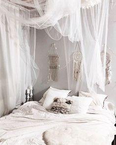 Sweet Dreams dear followers ✨ Magnifique chambre de chez @noeudsjustine ✨ #morocco#moroccan#oriental#dubai#design#decor#modern#interior#interiordesign#craft#traditional#bohemian#chic#cosy#house#home#room#linvingroom#white#bed#bedroom#candles#dream#night#d