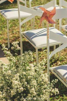 Catavento colorido giratório para decoração de festas e casamentos.