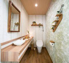 自然をモチーフに、木々や葉の壁紙を使い、アースカラーでまとめました。トイレに入るたびにリフレッシュ。ウッディーナチュラル | トイレインテリアのモデルルーム Ideas Baños, Bathroom Sink Vanity, Bath Caddy, Powder Room, Toilet, Bathtub, Shelves, House Design, Interior Design