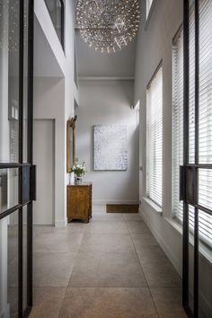 Hal met stalen binnendeuren met glas | hal inrichting | interieur inspiratie | hallway ideas | Hoog.design