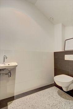 Jaren30woningen.nl | Toilet in #jaren30 woning met nieuwe #terrazzo vloer en strakke betegeling