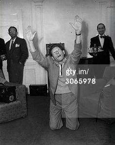 'n Beetje 'vreemde' foto, maar volgens het bijschrift geeft Danny Kaye een performance in zijn hotel voor de pers en het bedienend personeel..... 1951.
