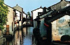 Chgou_1В Чжоучжуан можно попасть либо автотранспортом, либо водным.  Например, автобусом по маршрутам Сучжоу – Чжоучжуан или Шанхай – Чжоучжуан.  Из Сучжоу автобус идет от северного вокзала — с 7 утра до 17.00.  Интервал движения — 20 минут.