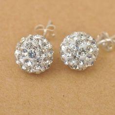 Søde små øreringe, der er forsølvede og dekoreret med små sten. Kun 29 kr.