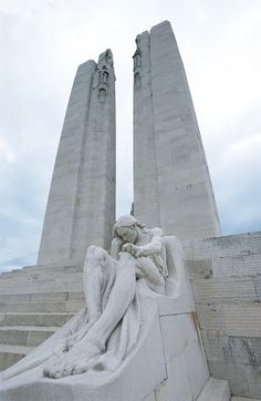 Canadian War Memorial at Vimy Ridge statue canada Canadian Soldiers, Canadian Army, Canadian History, World War One, First World, Bruges, Monuments, Cemetery Art, O Canada