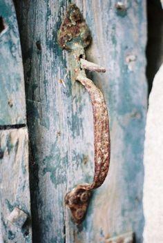 Poignée rouillée sur porte bleue