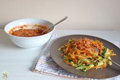 Tallarines de calabacín y zanahoria con falsa boloñesa de soja. http://www.lacocinademezquita.com/2015/01/tallarines-de-calabacin-y-zanahoria-con.html