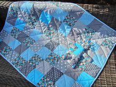 Dit droomdekentje heb ik gemaakt voor stichting de Regenboogboom. De afmeting is 0.90 x 1.20 m. Tachtig blokken zijn aan elkaar genaaid en machinaal in zigzag, met de tussenvulling en achterkant, aan elkaar genaaid.